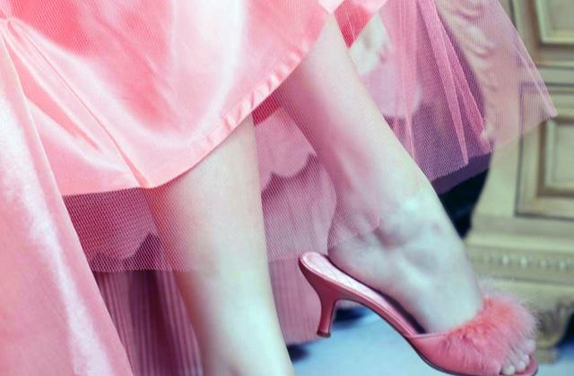 ピンクのドレスから覗く足