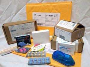 ED治療薬と小包、封筒