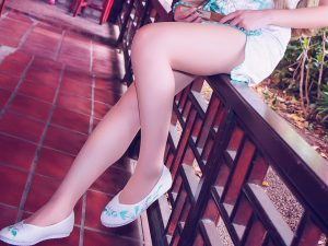 チャイナドレス:伸ばした足