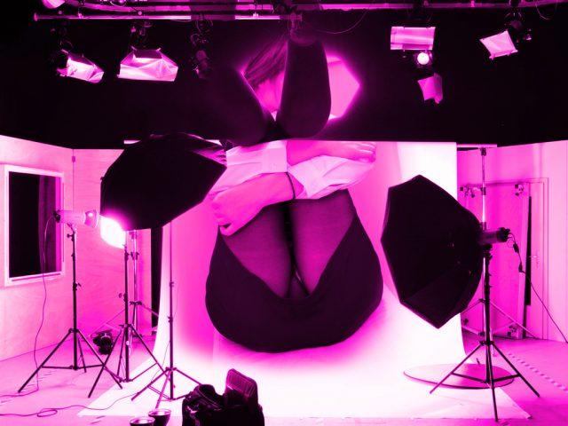 撮影スタジオと女性のパンチラ